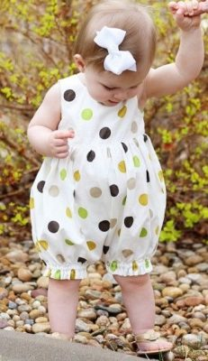 Macacão com corpo franzido e esquema de modelagem para crianças de 6 meses a 8 anos.