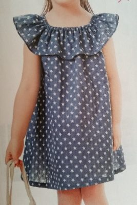Um vestido simples e fresco para o verão com babado no decote e esquema de modelagem do 1 ao 14 anos.